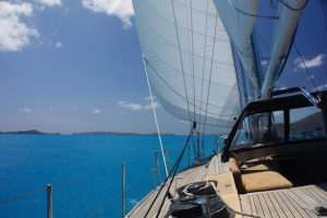 Sailing down the Sir Francis Drake Channel onboard SY Pacific Wave